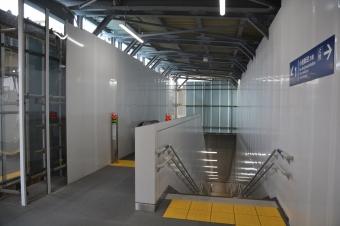 産業道路駅:1階から見た地下ホームに降りるエスカレーターと階段