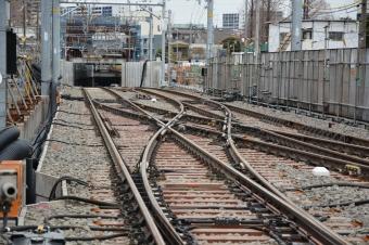 小島新田駅近くの踏切から見た産業道路駅方面のトンネル