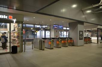 新函館北斗駅:11番線ホーム上の在来線との乗り換え改札口